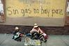 """Bolivia : Acto de cierre de campana presidencial del MAS de Evo Morales mujer indigena con nino Sin gas no hay paz / presidencial close act for de MAS of Evo Morales / Bolivien: Indigene Anhänger des Präsidentschaftskandidaten Evo Morales Indigene Frau mit Kind sitzen vor einem Schriftzug """"Ohne Gas kein Frieden"""" in La Paz © Argeo Ameztoy/LATINPHOTO.org"""