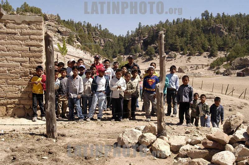 Mexico : Ninos se acercan al ver una camara ya que no estan acostumbrados a los retraten / children poverty / Mexiko: Mädchen Kinder Armut © Ricardo Hernandez/LATINPHOTO.org