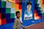 Bolivia : Acto de cierre de campana presidencial del MAS de Evo Morales nino en frente un cartel electoral de Evo Morales / presidencial close act for de MAS of Evo Morales boy beside a elec ...