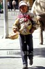 Bolivia : La Paz Nino Aymara de 9 anos , trabaja en el centro de la Paz para sobrevivir La Paz, Bolivia / Aymara child, gains the sustenance in downtown, La Paz Bolivia / Bolivien: Ein Strassenkind der Aymaras verkauft Waren in La Paz Kinderarbeit Armut Betteln Bettler © Alejandro Rustom/LATINPHOTO.org