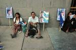 Bolivia : Acto de cierre de campana presidencial del MAS de Evo Morales indigenas cansado en una calle en La Paz carteles electoral / presidencial close act for de MAS of Evo Morales / Boliv ...