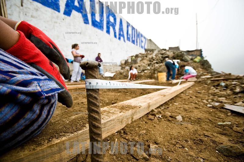 Peru - Lima : Un Techo para mi Pais es una institucion latinoamericana , liderada por jovenes voluntarios, que trabaja junto a las familias que se encuentran en situacion de extrema pobreza y que viven en asentamientos humanos UTPMP esta presente en 18 paises UTPMP comenzo en Peru en 2005 y desde entonces se han construido 3105 viviendas de emergencia en centros poblados de Pisco y Chincha tras el terremoto de agosto de 2007 y en asentamientos humanos de Lima y Callao UTPMP Peru trabaja permanentemente en 14 asentamientos llevando a cabo la segunda etapa, Habilitacion Social, desarrollando planes de Habilitacion Social / A Roof for my Country Construction of 40 houses in Pamplona Alta, San Juan de Miraflores, Lima, Peru / Un techo para mi pais (Ein Dach für mein Land) ist eine lateinamerikanische Stiftung, deren Ziel die Beseitigung von Elendsquartieren und die Errichtung von Unterkünften für alle Bewohner eines Landes ist Sie wurde 2001 zuerst in Chile gegründet und expandierte inzwischen in fast alle Länder Lateinamerikas Betreut und geführt wird sie von auf freiwilliger Basis arbeitenden Studenten Arbeitseinsatz in Lima © Marco Simola/LATINPHOTO.org