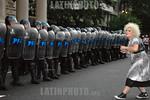 Argentina : XIV Marcha del orgullo gay , el 19 de noviembre 2005 en Plaza de Mayo Buenos Aires policia / Argentina: gay pride in Buenos Aires (meeting gay) , the 19 november 2005 / Argentini ...