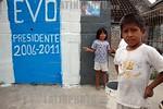 Bolivia : Acto de cierre de campana presidencial del MAS de Evo Morales ninos esperan en una calle en La Paz / presidencial close act for de MAS of Evo Morales children beside a wall with th ...