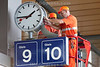 Arbeiter reparieren im Hauptbahnhof Basel eine Bahnhofsuhr.