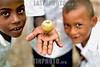 Honduras : ninos garifunas en escuela , jugando con trompo, febrero del 2006 en East End, Cayos Cochinos . / garifuna children in school with spinning top, February 2006 in East End, Hog Cays. / Kinder spielen mit einem Kreisel. © Jaime Rojas/LATINPHOTO.org