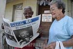 Cuba - Caimito - Pueblo de Caimito 06 08 13. Temprano en la manana el pueblo de la tercera edad compra la prensa para actualizarce sobre la salud y el 80 cumple�os de nuestro Comandante en  ...