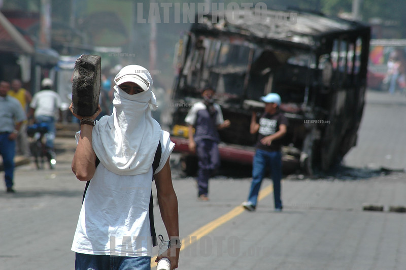 Nicaragua : Universitarios protestan por el alza del pasaje en el transporte urbano colectivo . / Thousands of students protested against a fee increase for public transportation. / Nikaragua: Studenten demonstrieren gegen die Preiserhöhung im öffentlichen Transportwesen. Ausschreitungen. © Manuel Esquivel Jr/LATINPHOTO.org