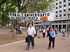 Argentina-  Buenos Aires : La Plaza de Mayo, sitio fundacional de la Ciudad de Buenos Aires . / The Plaza de Mayo (Spanish for May Square) is the main square in downtown Buenos Aires. / Argentinien: Passanten auf der Plaza de Mayo. Im Hintergrund ein kommunistisches Transparent der PCR.  © Norberto Lauria/LATINPHOTO.org