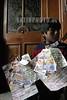 """Bolivia : Feria de la Alasita 2006 . Compralo en miniatura y dentro de un ano se hara realidad. Esta es la creencia que subyace en la multitudinaria feria de la Alasita, celebrada en la ciudad de La Paz. Una feria que mueve, fisica y espiritualmente, a cientos de miles de personas. Cada ano, las calles de la capital de Bolivia, se transforman en un mar urbano de pequenos puestos, donde riadas humanas, rastrean ansiosas una figura en miniatura de aquello que creen anhelar. La reproduccion de billetes son las miniaturas mas adquiridas: dolares y euros se convierten en los protagonistas de la jornada. Familias enteras acuden a las iglesias con sus fajos de billetes. Alli, son bendecidos y ofrecidos al Senor. En la edicion de la Alasita 2006, celebrada el pasado 24 de enero, participaron alrededor de 300 000 personas, y mas de 4000 artesanos instalaron sus puestos. Alasita es una palabra en idioma aymara cuyo significado es """"Comprame"""". Es una celebracion ofrecida al Ekeko o dios de la abundancia, al cual le ponen una serie de objetos a manera de ofrenda para que al devoto no le haga faltar nada, mas o por el contrario cumpla sus deseos. usos y costumbres. / Feria de Alasita - celebrated in various cities on January 24, the Feria focuses on the display and sale of miniature figurines. / Bolivien: Jedes Jahr am 24. Januar findet in La Paz der Jahrmarkt der Träume und der materiellen Sehnsüchte statt. Der Alasita - Markt, benannt nach einem Aymara - Ausdruck, der """"Kauf mir etwas ab!"""" bedeutet, ist eine Tradition, die auf das Jahr 1781 zurückgeht. In den ersten Jahren nach der Gründung wurde der Jahrmarkt jeden 20. Oktober, zum Gründungstag von La Paz, abgehalten und später jeden 24. Januar, zu Dank und Ehren der Heiligen Maria """"Unserer lieben Frau vom Frieden"""". Die Geschichte dieses Marktes, seine Ursprünge und Bedeutung liegen in der indianischen Kultur und in der Vermischung mit kulturellen Elementen der Kolonialzeit. © Olmo Calvo Rodriguez/LATINPHOTO.org"""