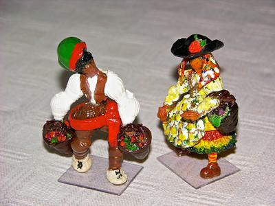 Des poupées montrant les costumes folkloriques du nord au sud du Portugal. Faîtes avec du coquillage.  Dolls featuring Portugal folk costumes from North to South. All done with shells.   Artist: Ema de Sousa Pires, Lisboa.