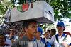 Venezuela - Caracas : Paisaje urbano . un hombre transporte en su cabeza un cajon. / Urban landscape. street trader. / Ein Strassenhändler transportiert auf dem Kopf eine Kiste, Caracas im November 2007. © Sebastian Hacher/LATINPHOTO.org