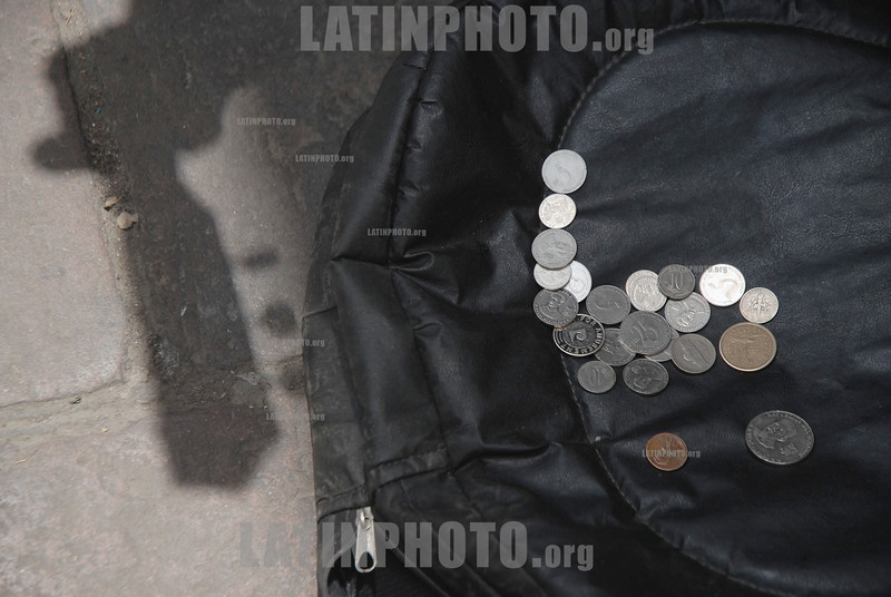 Ecuador : Un indigente toca la guitarra en Quito para subsistir . / A poor person touches the guitar in Quito to survive. road musician. / Ekuador: Strassenmusiker in Quito. © Jaime Pavon Aviles/LATINPHOTO.org