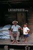 Costa Rica : Abuelo y nieto, Familia recolectoras de cafe, Sarapiqui, Heredia . / Grandfather and grandson, families that are coffee pickers, Sarapiqui, Heredia. / Grossvater und Kind einer Kaffeeplückerfamilie in Sarapiqui. Armut. © Victor Jaramillo/LATINPHOTO.org
