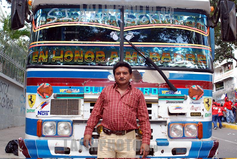Venezuela - Caracas : chauffeur de un collectivo en Caracas . Paisaje urbano. chofer. / bus driver. Urban landscape. / Markthändler in Caracas. © Sebastian Hacher/LATINPHOTO.org