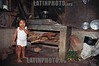 Costa Rica : Nina perteneciente a Familia recolectoras de cafe, Sarapiqui, Heredia . / Rural girl, She belongs to families that are coffee pickers. / Kind einer Kaffeeplückerfamilie in einer einfachen Küche in Sarapiqui. Armut. © Victor Jaramillo/LATINPHOTO.org