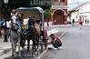 Nicaragua : Manuel lavando el carruaje luego de su ardua jornada , estos carruajes son usados para dar paseos en granada . / Granada. / Nikaragua: Kutscher Manuel reinigt sein Pferdegespann in Granada - Kutsche - Pferdekutsche © Inti Ocon/LATINPHOTO.org
