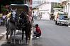 Nicaragua : Joven lavando el carruaje luego de una ardua jornada , estos carruajes son usados para dar paseos en granada . / Granada. / Nikaragua: Pferdegespann in Granada. © Inti Ocon/LATINPHOTO.org
