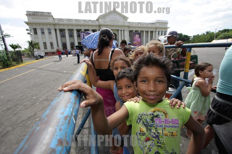 Ninos haciendo fila para entrega de Regalos en Plaza de la Revolucion . / children in Managua. / Nikaragua : Kinder auf dem Platz der Revolution in Managua. © Inti Ocon/LATINPHOTO.org