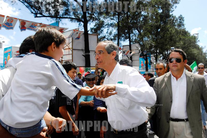 Guatemala : Presidente Electo Alvaro Colom , del partido de la Unidad Nacional de la Esperanza (UNE) durante una gira de trabajo . © Jesus Alfonso/LATINPHOTO.org