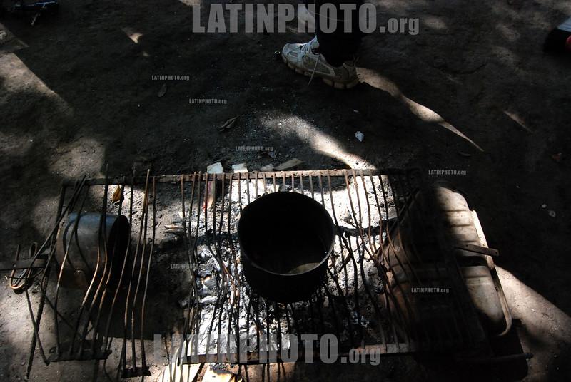 Argentina - Buenos Aires (25 . 02.2008) Cartoneros viviendo de bajo de puente. / Homeless living under a bridge. / Argentinien : Kartonsammler leben in Buenos Aires unter einer Brücke. © Gaston Renis/LATINPHOTO.orgve