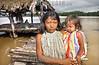 Cuba - Delta Amacuro: Indigenas del Delta Amacuro , esposas del cacique de la aldea . En las aldeas del Delta Amacuro, los indigenas despues de haber fermentado su bebida tipica proceden a beberla. Hasta los ninos la toman. / Indigenous Delta Amacuro. / Kuba: Indigene Frau mit Kind im Amacuro Delta. Pfahlbauhütte. © Alberto Borrego Avila / LATINPHOTO.org