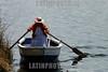 Peru - Lago Titicaca: mujer indigena . barco. Indios Uros , el piso es flotante hecho de vegetales entretejidos. autoctonos. aborigenes. / Peru: The Floating Islands of the Uros. indigenous. uros tribe. / Peru: Die Uros leben auf einer schwimmenden Insel aus Schilf auf dem Titicacasee. Indigenas. Urbevölkerung. Eine Indigene Frau fährt mit einem Boot aus. Traditionelle Kleidung. Tracht der Uros. © Claus Possberg/LATINPHOTO.org