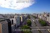 Argentina: Avenida 9 de Julio , con el Obelisco al fondo . / Nueve de Julio Avenue and Obelisk. / Argentinien: Die Avenida 9 de Julio ist eine der Hauptverkehrsadern von Buenos Aires. Sie gilt als Prachtboulevard und mit 140 Metern Breite und 20 Fahrstreifen als die breiteste Strasse der Welt. © Laura Gallo/LATINPHOTO.org