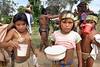 Cuba - Delta Amacuro: Indigenas del Delta Amacuro , esposas del cacique de la aldea . En las aldeas del Delta Amacuro, los indigenas despues de haber fermentado su bebida tipica proceden a beberla. Hasta los ninos la toman. / Indigenous Delta Amacuro. / Kuba: Indigene Kinder im Amacuro Delta. Getränk. Trinken. © Alberto Borrego Avila / LATINPHOTO.org
