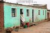 Bolivia: Uyuni , camino a uyuni pueblito de barro el 08 de enero de 2008 . / Uyuni, way to uyuni hamlet of mud. / Bolivien: Indigene Frau in Uyuni in einem einfachen Haus aus Lehm. © Marcos Crapa/LATINPHOTO.org