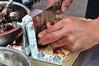 Peru : 1 . Feria Gastronomica Internacional de Lima. marisco. / Food fairs. / Eröffnung der Gastrowochen in Lima. Zubereiten eines Muschelgerichts. © Marco Simola/LATINPHOTO.org
