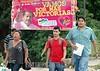 Nicaragua - Mateares 17/11/2008 Usuarios de Transporte colectivo en carretera sur caminan debido a que simpatizantes Sandinistas bloquean la via por la presencia de Eduardo Montealegre en la zona  / Nikaragua : Wahlkundgebung für  Eduardo Montealegre © Oscar Navarrete/LATINPHOTO.org