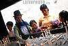 Ecuuador : familia - ritos - religioso - velas . / indigenous in El Quinche. / Ekuador: Eine indigene Familie zündet in El Quinche Kerzen an. Religion. © Clara Paez/LATINPHOTO.org