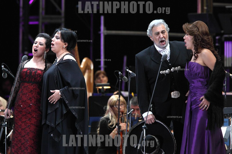 Mexico : Opera soprano singers Maria Alejandres (L-R) . Olivia Gorra, Eugenia Garza and tenor singer Placido Domingo perform an opera song during the Concert of the Angel in Mexico City, December 19, 2009. Domingo and Gorra played the concert with sopranos singers Maria Alejandres and Eugenia Garza. Mexico: Las sopranos Maria Alejandres (I-D), Olivia Gorra, Eugenia Garza cantan con el tenor Placido Domingo durante el Concierto del Angel en la Ciudad de Mexico, Diciembre 19, 2009 . © Heriberto Rodriguez/LATINPHOTO.org