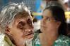 El Salvador : El sistema de salud de El Salvador se encuentra en alerta ante el aumento de casos de la gripe porcina o H1N1 . Personas de la tercera edad esperan atencion medica en una escuela del departamento de La Union, como parte del apoyo de la flota medica del barco estadounidense USNS Comfort, que se encuentran en aguas del Golfo de Fonseca. / Gesundheitssystem in El Salvador. Präventive Untersuchung gegen Schweinepest und Vogelgrippe H1N1. Medizinische Betreuung . © Antonio Herrera Palacios/LATINPHOTO.org
