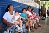 El Salvador : El sistema de salud de El Salvador se encuentra en alerta ante el aumento de casos de la gripe porcina o H1N1 . Un promotor de salud explica a habitantes del departamento de La Union como prevenir la enfermedad. / Gesundheitssystem in El Salvador. Präventive Untersuchung gegen Schweinepest und Vogelgrippe H1N1. Medizinische Betreuung . © Antonio Herrera Palacios/LATINPHOTO.org
