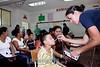 El Salvador : El sistema de salud de El Salvador se encuentra en alerta ante el aumento de casos de la gripe porcina o H1N1 . Un niño recibe atención medica en una escuela del departamento de La Unión, como parte del apoyo de la flota medica del barco estadounidense USNS Comfort, que se encuentran en aguas del Golfo de Fonseca. / Gesundheitssystem in El Salvador. Präventive Untersuchung gegen Schweinepest und Vogelgrippe H1N1. Medizinische Betreuung. © Antonio Herrera Palacios/LATINPHOTO.org