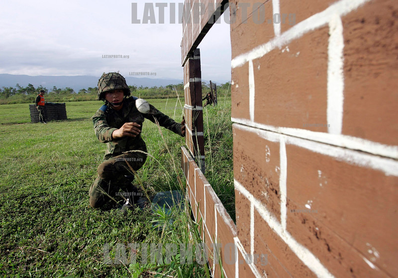 Colombia : Mujeres cadetes en una base militar en Tolemaida . primer grupo de cadetes de sexo femenino en el ejercito de Colombia, tropas de comando despues de graduarse como oficiales. / Female cadets training at a military base in Tolemaida, Colombia. They are the first group of female cadets in Colombia's army that will command troops after graduating as officers. / Kolumbien: Ausbildung auf einer Militärbasis in Tolemaida. Erste Gruppe weiblichen Kadetten in der kolumbianischen Armee, Kommando-Truppe nach dem Studium als Offiziere. Frauen im Militär. Soldatinnen. Militärausbildung . © Luis Urrego/LATINPHOTO.org