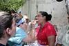 El Salvador : El sistema de salud de El Salvador se encuentra en alerta ante el aumento de casos de la gripe porcina o H1N1 . Personas de la tercera edad reciben atencion medica en una escuela del departamento de La Union, como parte del apoyo de la flota medica del barco estadounidense USNS Comfort, que se encuentran en aguas del Golfo de Fonseca. / Gesundheitssystem in El Salvador. Präventive Untersuchung gegen Schweinepest und Vogelgrippe H1N1. Medizinische Betreuung . © Antonio Herrera Palacios/LATINPHOTO.org
