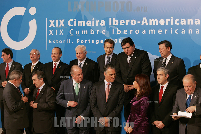 Portugal - Estoril : The family picture of the XIX Ibero-American Summit on November 30, 2009 in Estoril . Heads of state and government leaders of Portugal, Spain, Andorra and South American countries gather in Estoril, outskirts of Lisbon, for the XIX Ibero-American Summit from November 29 to December 1, 2009. / Cumbres Iberoamericanas. / XIX Iberoamerika-Gipfel in Estoril eröffnet . © Paulo Amorim/LATINPHOTO.org
