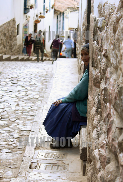 Peru : A peruvian woman watching tourists pass by in Cusco, Peru . / Alte indigene Frau am Strassenrand. © Victoria Schirinian/LATINPHOTO.org