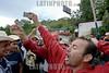 Nicaragua : Protestantes Hondurenos refugiados en la Ciudad de Ocotal en la frontera Las Manos, Nicaragua, piden el regreso del Presidente Zelaya tras el Golpe de estado por el Presidente de Facto . Tarjeta de Identidad. / Zelaya Supporters. / Anhänger des gestürzten Präsidenten von Honduras zeigen ihre Identitätskarten während einer Kundgebung in Las Manos. Personalauswei. © Inti Ocon/LATINPHOTO.org