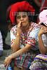 Guatemala : Mujer recogiendo flores en el Dia a la no violencia en Ciudad de Guatemala . / Indigene Frau an einer Kundgebung am Tag gegen Gewalt in Guatemala - Stadt. © Inti Ocon/LATINPHOTO.org