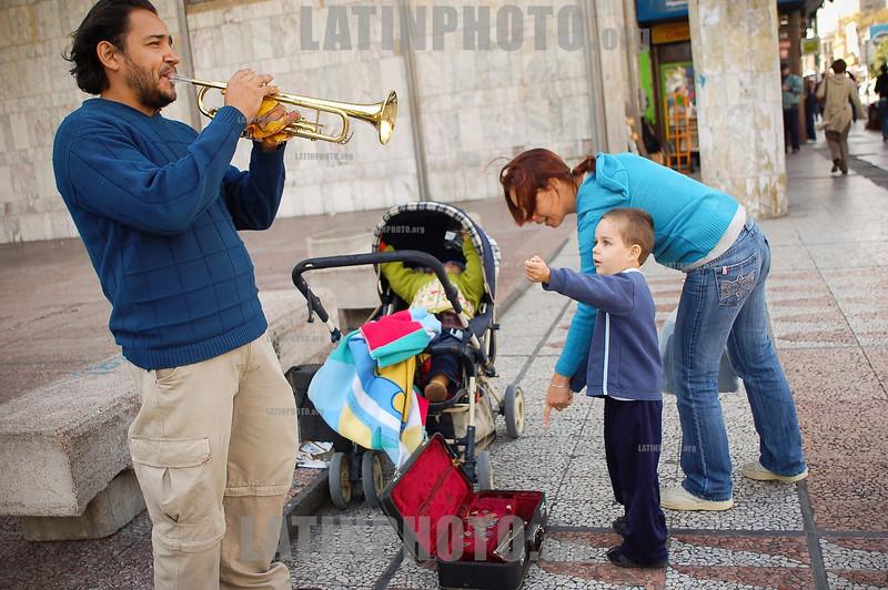 Uruguay : ArtÌita callejero, trompetista en Av . Dieciocho de Julio, el 24 de Abril de 2009 en Montevideo. / Street trumpet musician, April 24, 2009 in Montevideo. / Ein Strassenmusiker spielt Trompete in Montevideo. © Pablo Vignali/LATINPHOTO.org