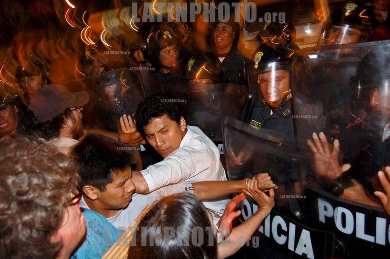 Peru - Lima : Protesta frente a la embajada de Israel en Lima contra la ocupacion israeli de los territorios Palestinos y la invacion a la Franja de gaza . / Demonstrate against Israel's occupation of Palestinian territories and the gaza invasion. / Peru: Demonstration gegen den Krieg in Gaza am 23.01.2009 in Lima. © Budross Mardini Ramirez/LATINPHOTO.org