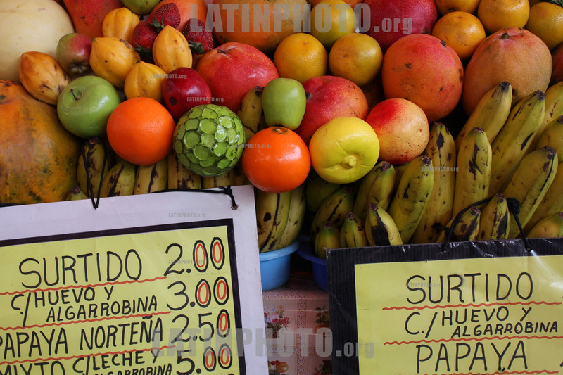 Peru : A tipical peruvian market where you can find from fruit and meat to clothes and alternative medicine . / Markt. © Victoria Schirinian/LATINPHOTO.org