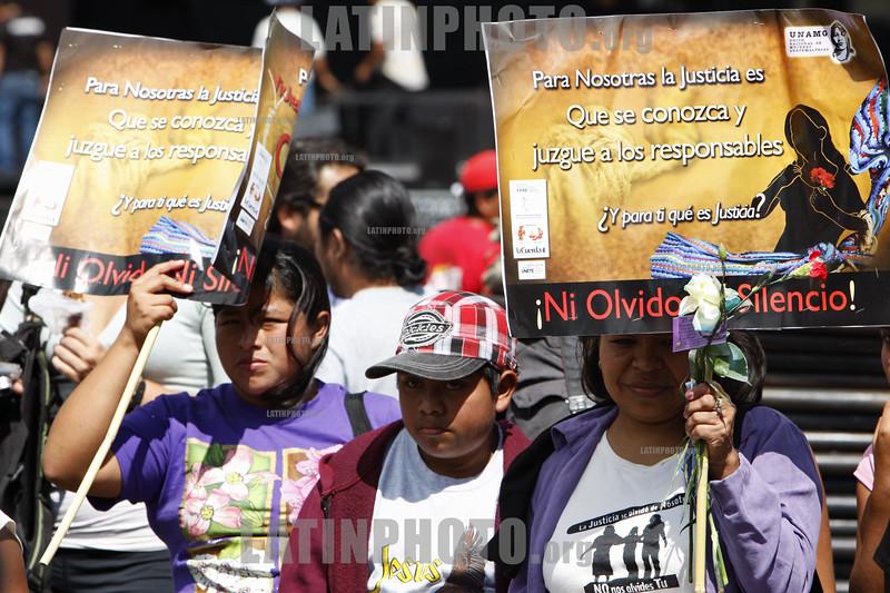 Guatemala : Mujeres y ninos con pancartas y flores en el Dia a la no violencia en Ciudad de Guatemala . / Protest against violence. / Protestkundgebung gegen Gewalt in Guatemala-City. © Inti Ocon/LATINPHOTO.org