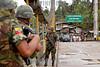 Ecuador : SOLDADOS ECUATORIANOS VIGILAN LA FRONTERA CON COLOMBIA DE POSIBLES INCURSIONES DE GRUPOS IRREGULARES . EL MINISTRO DE RELACIONES EXTERIORES DEL ECUADOR , FERNANDO CARRION VISITO LA ZONA FRONTERIZA AMAZONICA CON COLOMBIA. EL MINISTRO CONTACTO LOS DANOS CAUSADO POR LA FUMIGACIONES QUE REALIZA EL GOBIERNO Y EL EJERCITO COLOMBIANO CON EL APOYO DE LA DEA DE LOS EE.UU. LAS ORGANIZACIONES INDIGENAS Y CAMPESINAS DE LA ZONA CULPAN A LAS FUMIGACIONES Y A LA EXPLOTACION PETROLERA DE CAUSAR DANOS IRREPARABLES EN LA ZONA Y A SU SALUD. LAGO AGRIO 26 DE OCTUBRE 2005. / Ecuador: soldiers. conflict. / Ekuador: Konflikt. Soldaten. © Patricio Realpe/LATINPHOTO.org