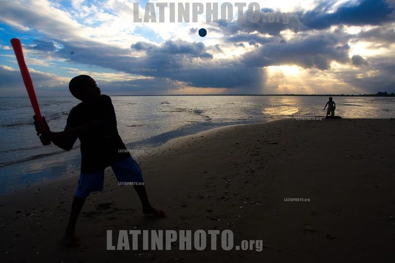 Nicaragua - Puerto Cabezas : Miskitos en el Puerto de Bilwi, Puerto Cabezas . Ninos. / Puerto Cabezas. / Kinder spielen in Puerto Cabezas. © Inti Ocon/LATINPHOTO.org