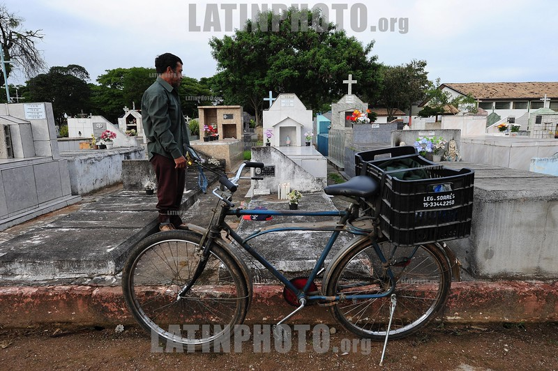 2010-11-02 DIA DE FINADOS NO CEMITERIOMUNICIPAL COLONIA PARAISO NA ZONA SUL O MAIOR CEMITERIO DE SAO JOSE DOS CAMPOS - SP BRASIL, ONDE TEM CERCA DE 10 MIL TUMULOS , MAIS 1 ESPACOS DE OSSUARIO . DIVERSAR CRIANCAS FAZEM A LIMPEZA DE TUMULOS E COBRAM R$ 5,00. / Brazil : Cemetery in Sao Jose dos Campos in the. Graves with flowers. / Brasilien: Friedhof in Sao Jose dos Campos. Gräber mit Blumenschmuck. © Lucas Lacaz Ruiz/LATINPHOTO.org